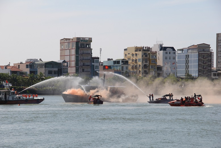 Vietnam, US join hands in search and rescue drill in Da Nang