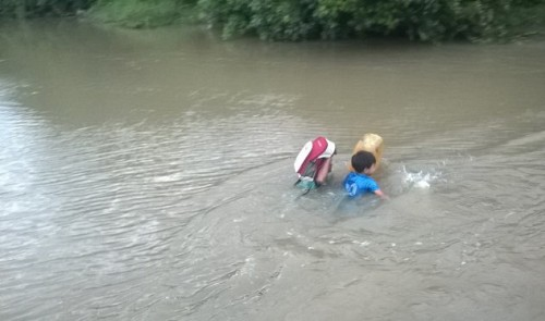 Children in Vietnam risk lives crossing river to school