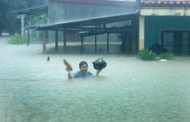 Severe downpours paralyze central Vietnam with extreme deluge