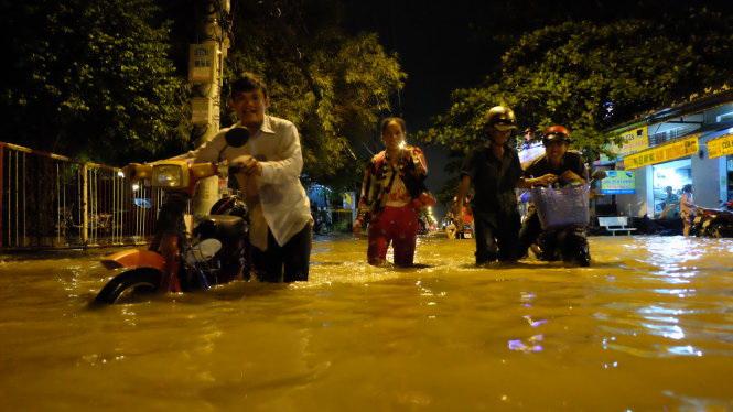 Downpour, peak tide sink Ho Chi Minh City