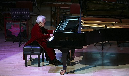 99-year-old Vietnamese grandma wows crowd with jaw-dropping piano performance