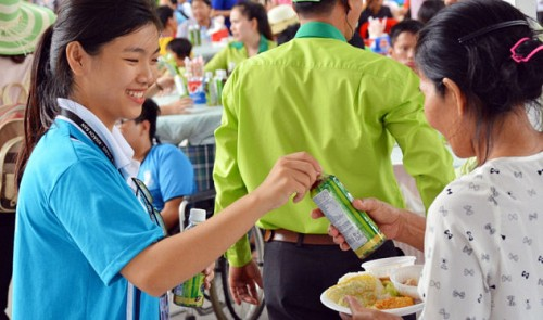 Over 7,000 physically challenged people join grand buffet at Saigon amusement park