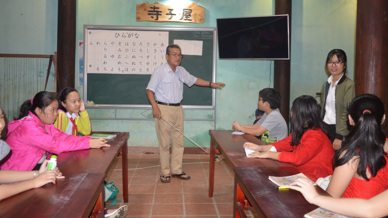 Japanese Teacher Gives Free Language Lessons To Hoi An -9005