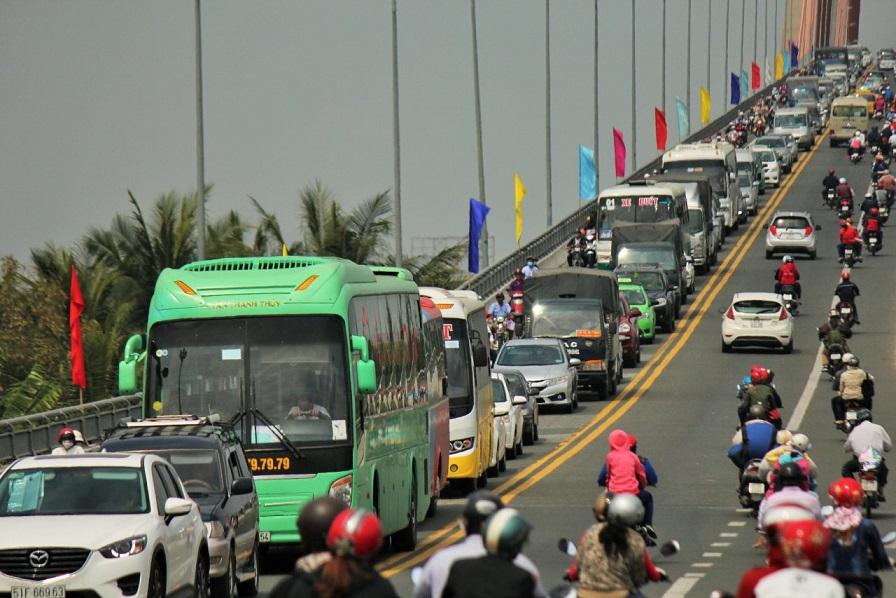 Severe congestion frustrates travelers at major bridge in Vietnam's Mekong Delta