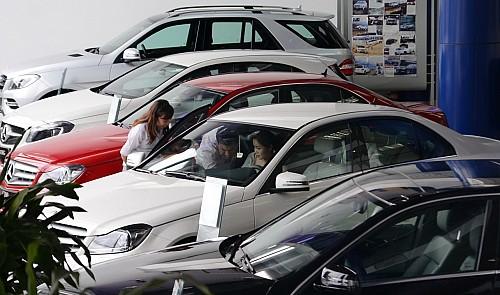 Vietnam imports more automobiles as prices drop