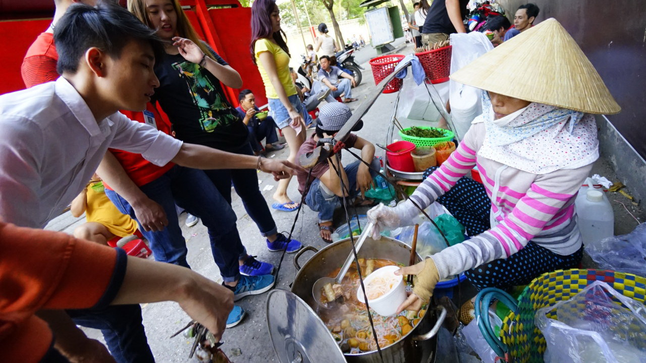 70% street food vendors in Saigon's District 1 fail to meet safety standards