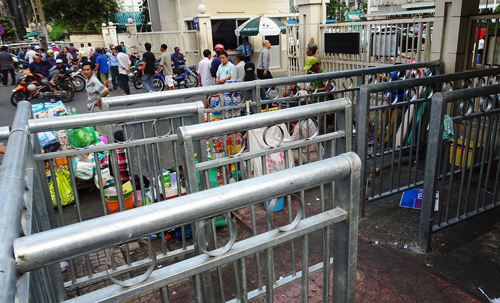 Maze-like sidewalk fences pose challenges for pedestrians in Ho Chi Minh City