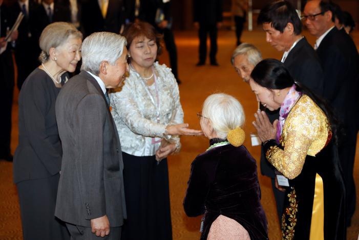 Japanese emperor meets former soldiers' families in Vietnam
