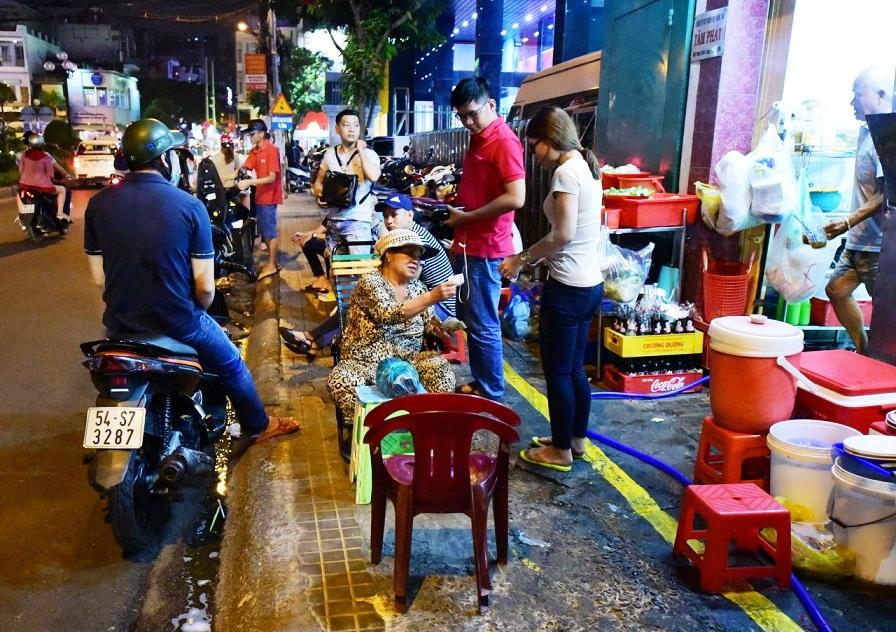 Sidewalk 'yellow lines' prove powerless against disobedient Saigonese