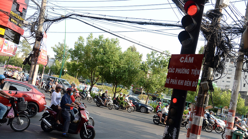 Make Vietnam traffic great again: Don't turn right at red lights