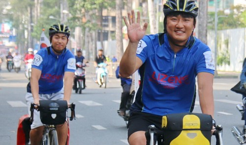 Korean students cycle across Vietnam to apologize for war crimes