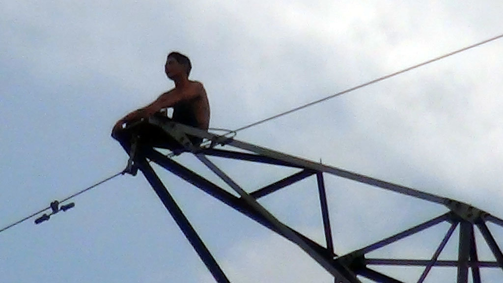 Vietnamese authorities disconnect power supply to IPs to rescue man climbing electricity pole