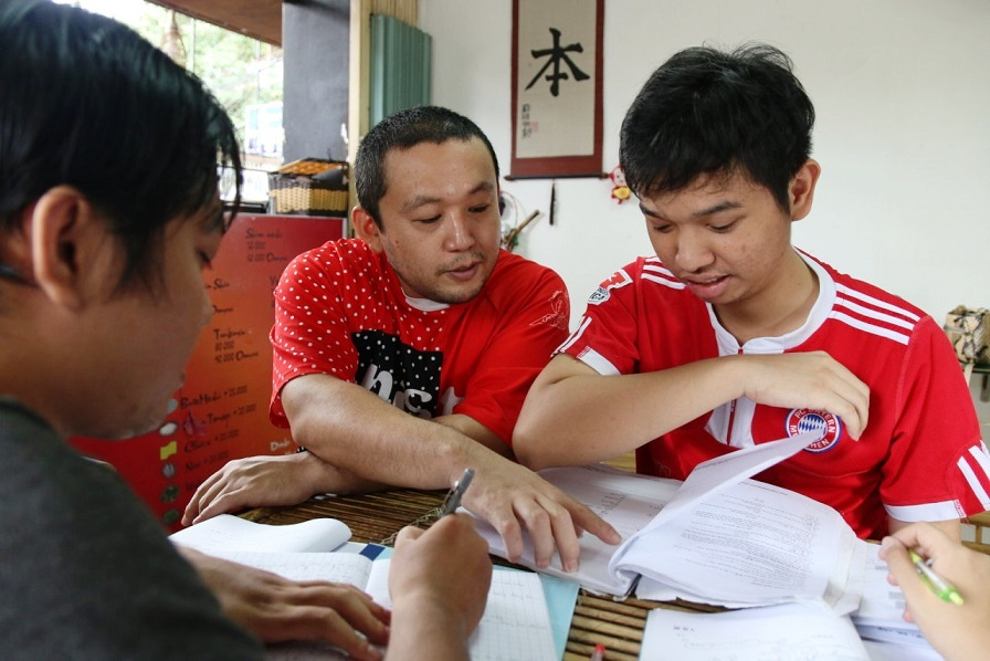 Udon noodle shop owner teaches free Japanese to young Vietnamese