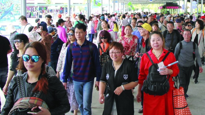 Chinese tourist influx to Ha Long Bay brings smiles, grimaces