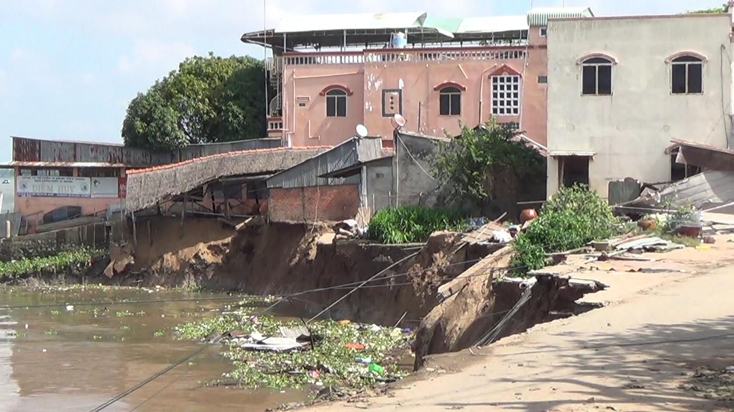 Riverbank collapses, sinking 16 houses in southern Vietnam (video)