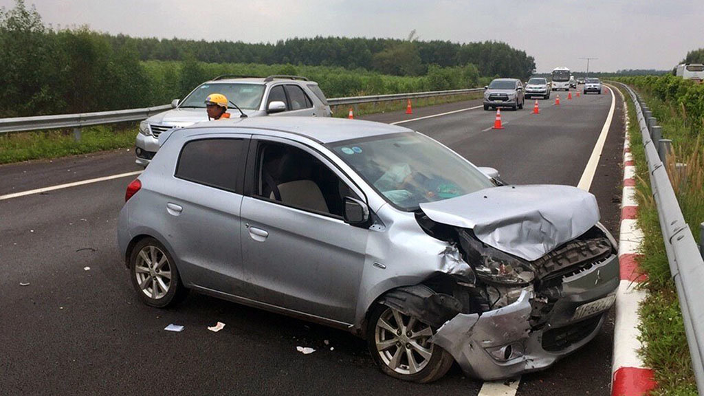 Six in hospital after two accidents on expressway near Ho Chi Minh City