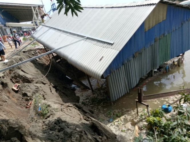 Riverbank collapses, sinking roads, houses in Vietnam's Mekong Delta