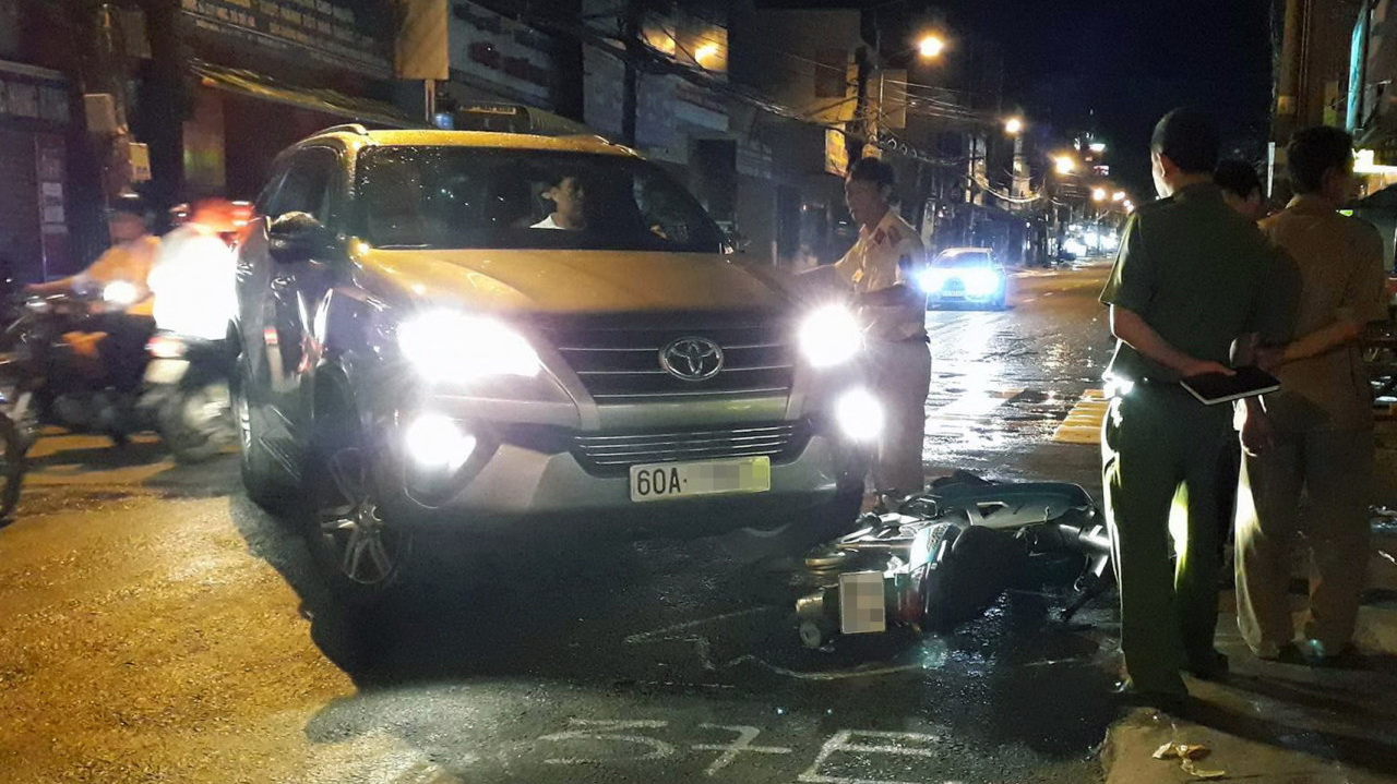 Panicked driver crashes car into multiple motorbikes in southern Vietnam