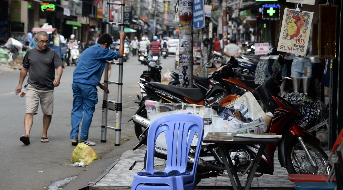 Ho Chi Minh City to continue 'sidewalk clearing' drive: chairman