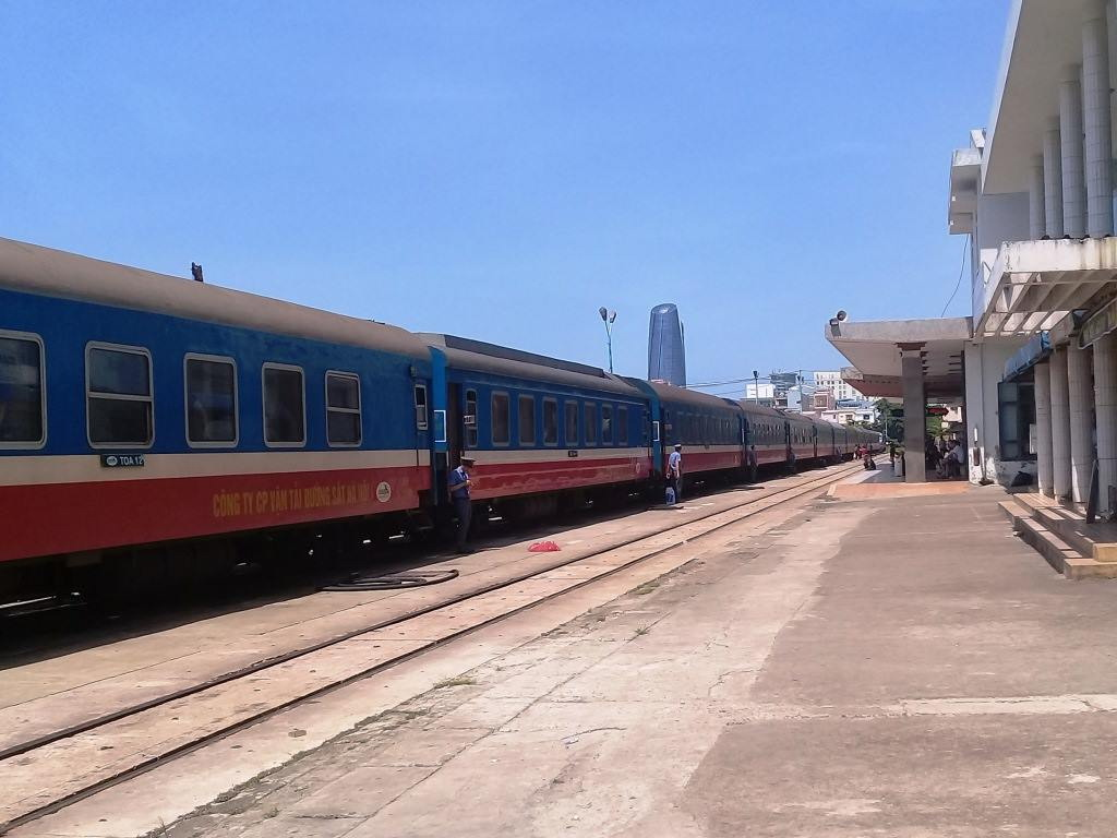 Travel in Vietnam: To Hue by train
