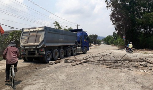 Locals barricade road to save environment in southern Vietnam