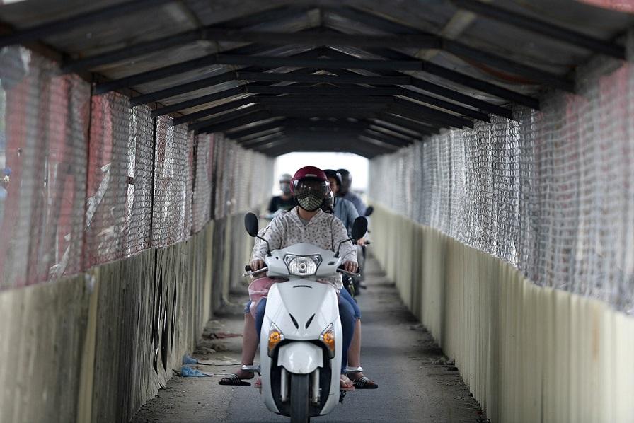 Makeshift tunnel beneath Hanoi railway construction raises safety concerns