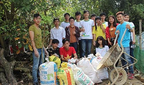 Vietnamese woman cycles across Vietnam to collect litter