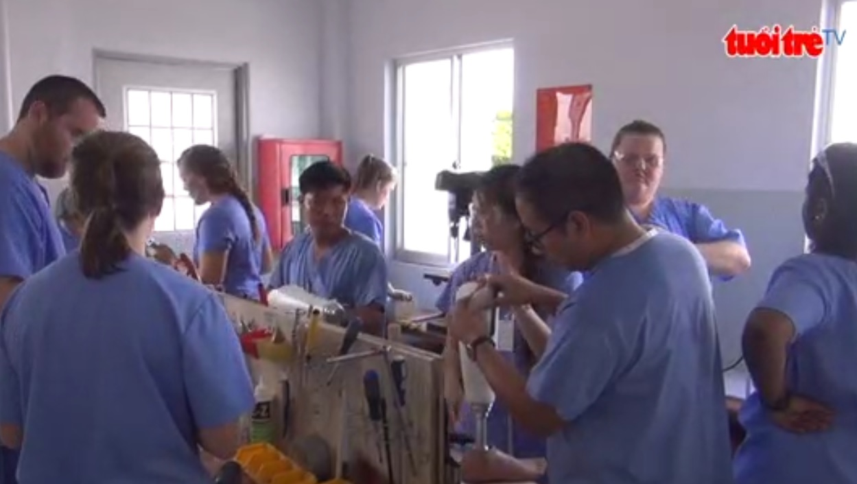 1,000 Vietnamese receive free health check and prosthetic legs from US's Mercer University