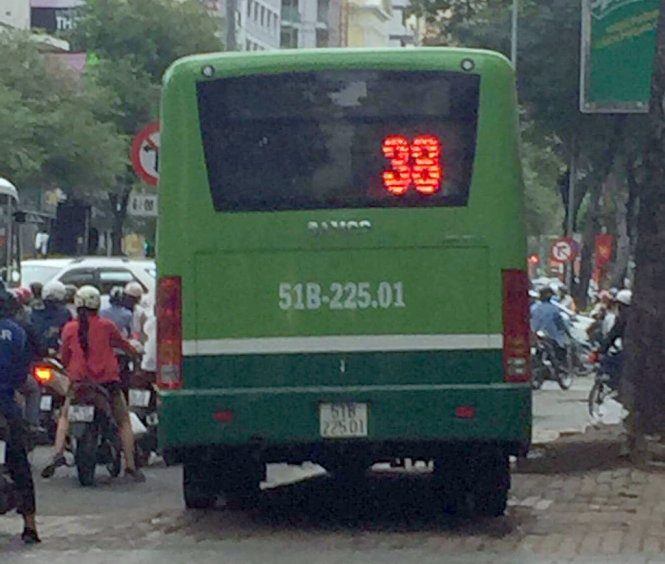 Bus driver suspended for mounting pavement in Ho Chi Minh City