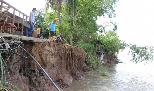 Riverbank subsidence scares Mekong Delta residents