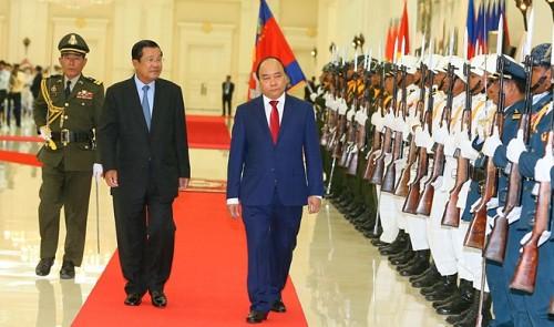 Vietnamese, Cambodian premiers discuss enhancement of bilateral ties