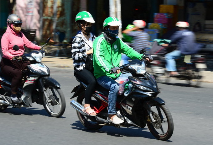 Police open fire to stop xe om vs. Grab Bike fight in Saigon