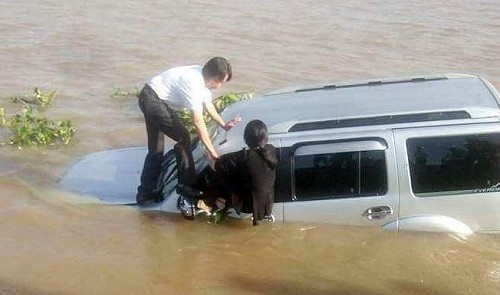 Car fatally hits ferry attendant, plunges into river in southern Vietnam