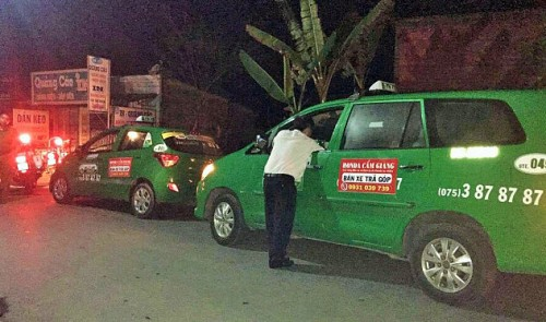 Ten cabbies chase stolen taxi in southern Vietnam