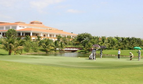 Who owns the Tan Son Nhat Golf Course?