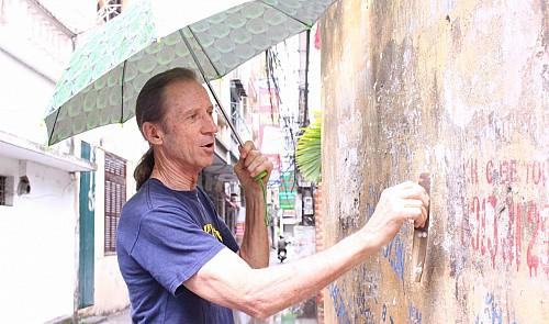 Meet the foreign war veteran who cleans Hanoi's walls