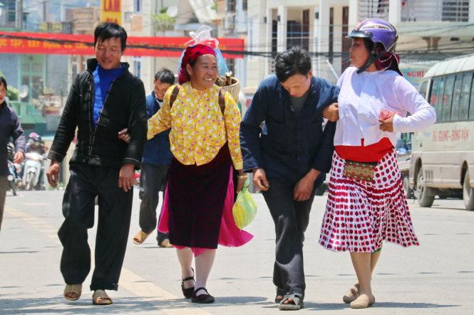 Alpine ethnic people in Vietnam – P6: Getting drunk at the market