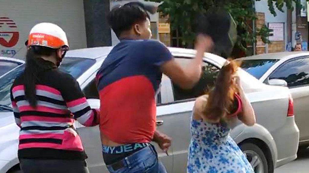 Man cracks car windshield, hits female passenger with helmet in southern Vietnam