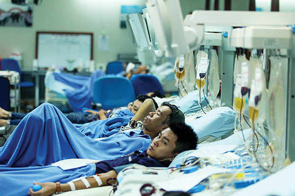 In Vietnam, cash-strapped youths donate platelets for money