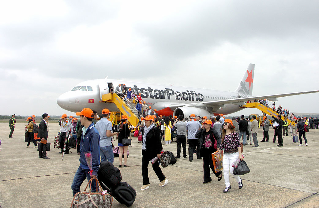 Passengers disembark a Jetstar plane at Dong Hoi Airport in Dong Hoi City, Quang Binh Province. Photo: Tuoi Tre