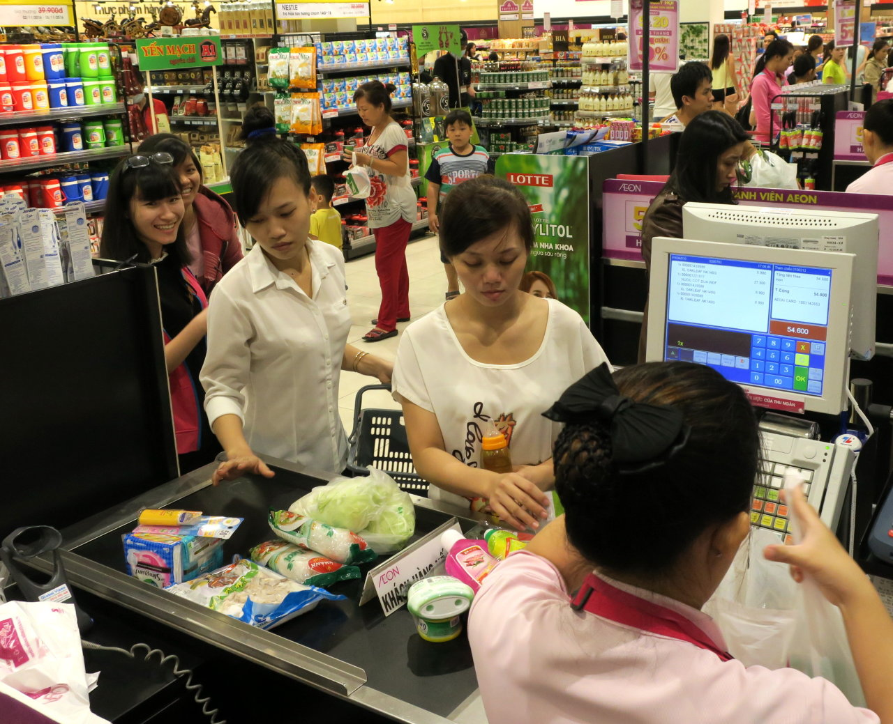 Vietnam finance ministry proposes raising VAT from 10 to 12 percent