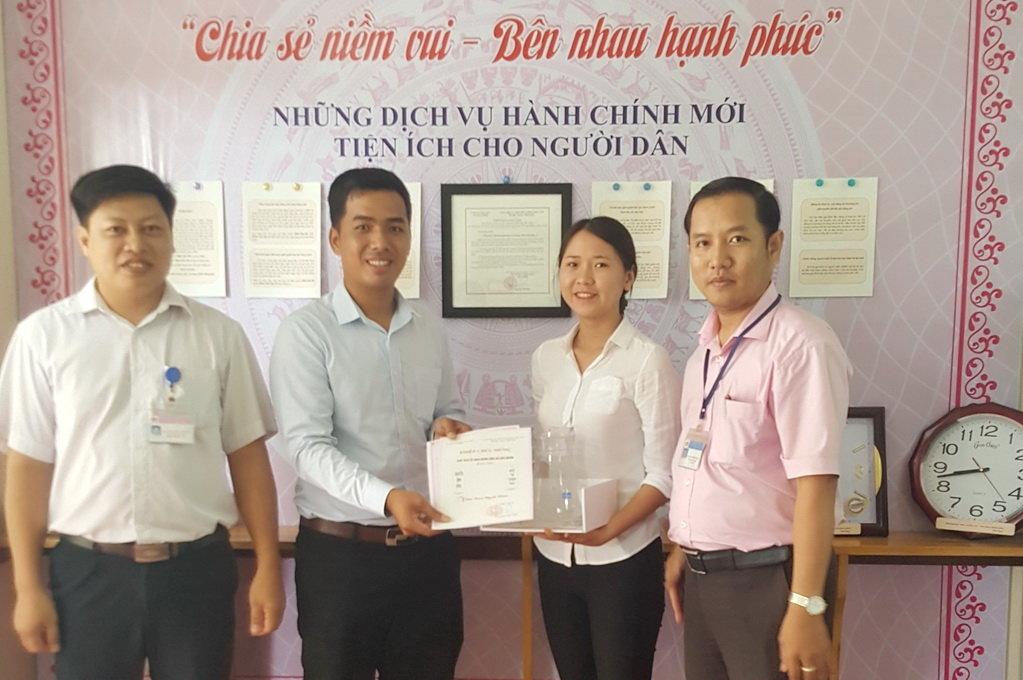 Da Nang commune administration runs special program to congratulate local newlyweds