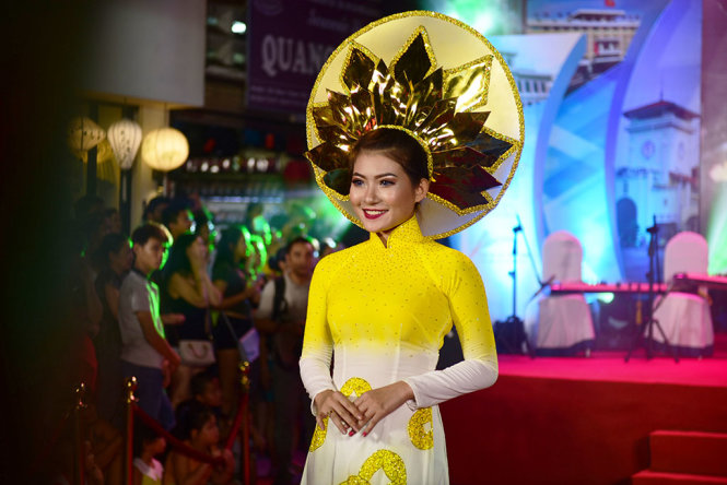 An ao dai model wows visitors.