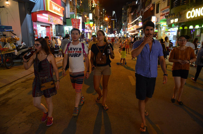 Foreign tourists stroll the walking street.
