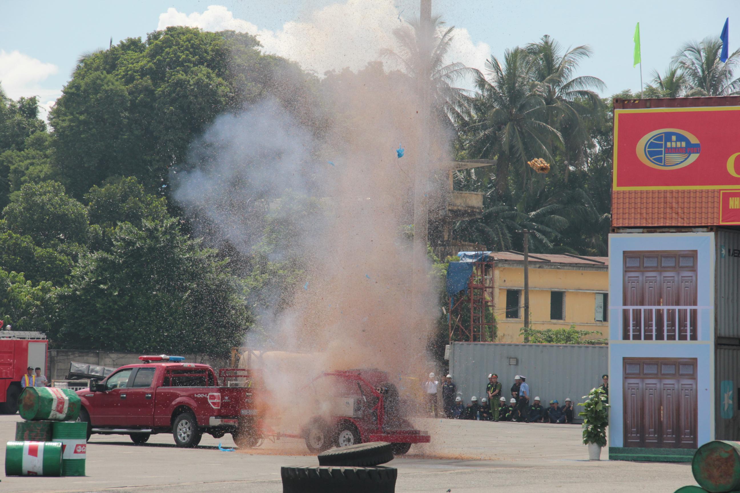 Nearly 300 take part in anti-terror drill at Da Nang port
