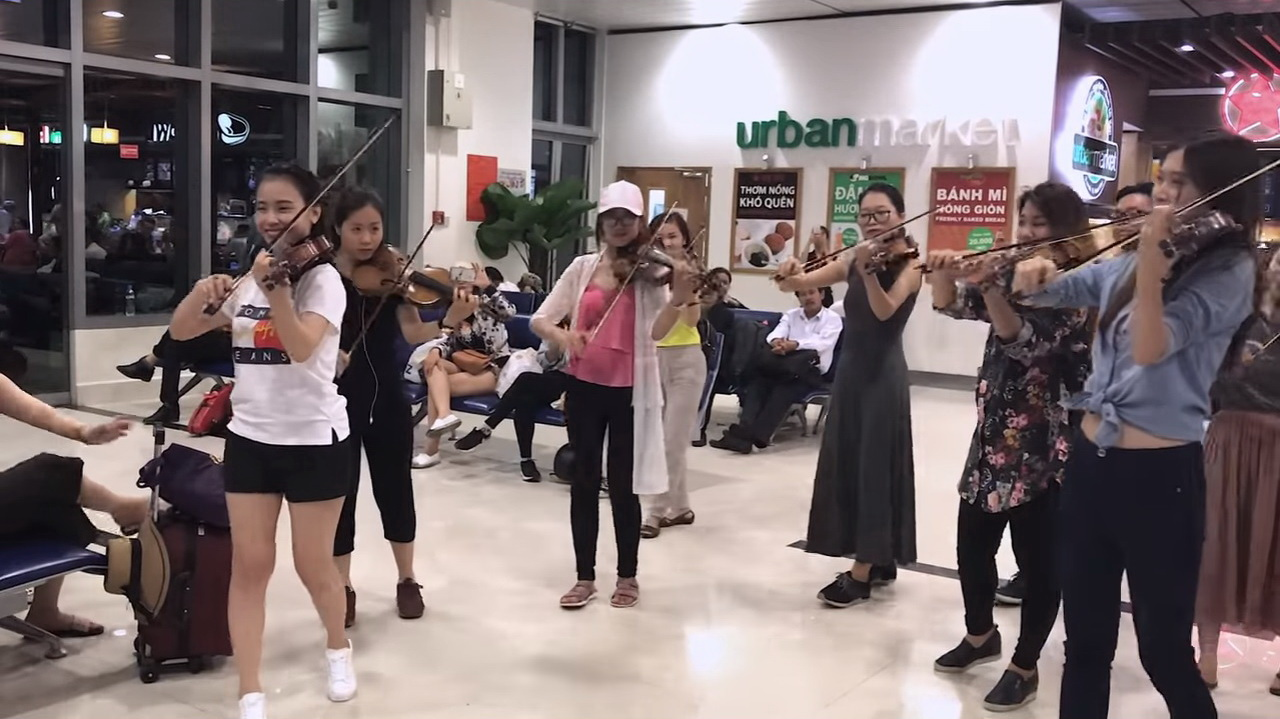 Orchestra members hold impromptu concert at Tan Son Nhat airport