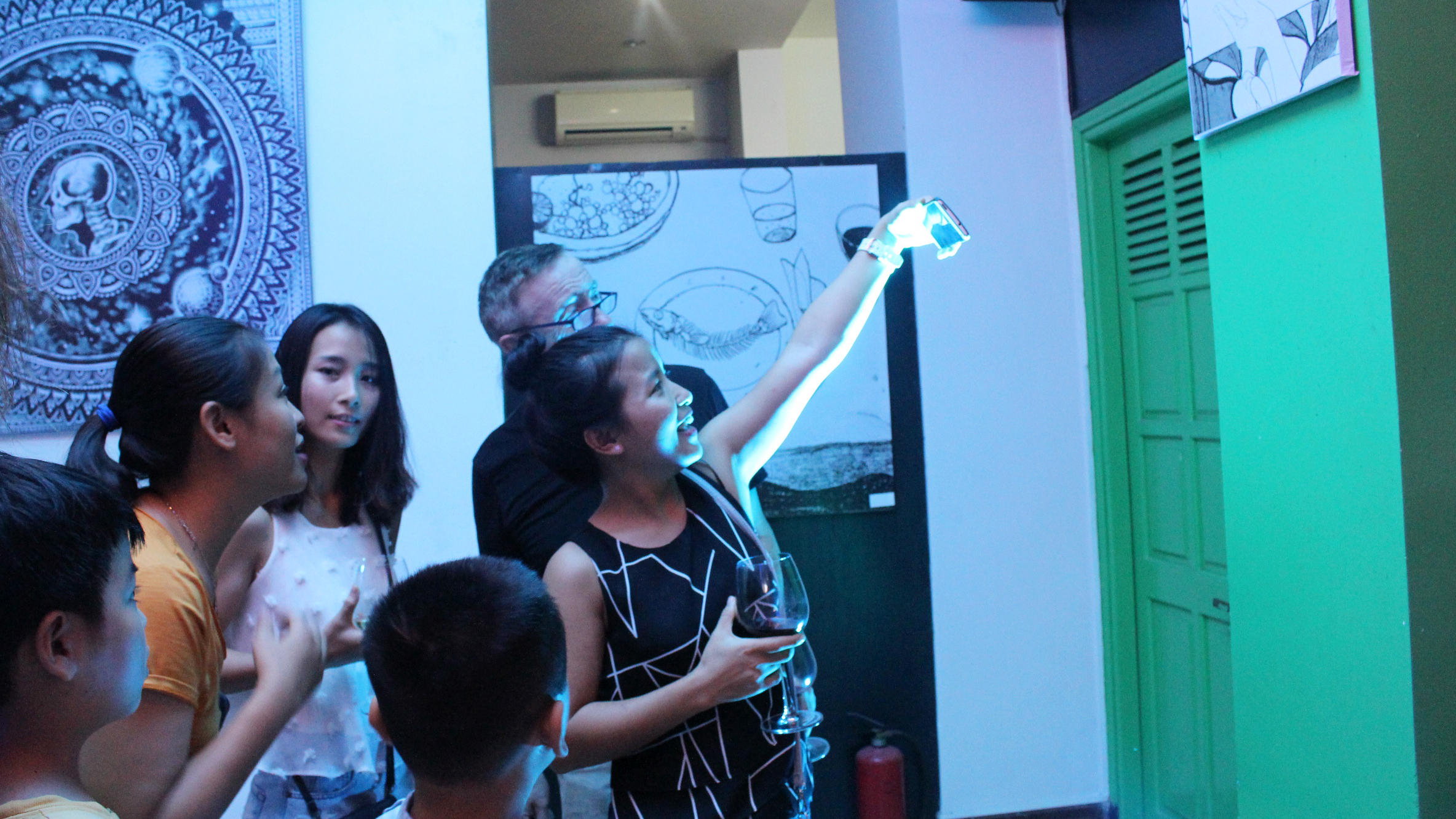 Visitors observe the augmented reality (AR) artwork at the gallery in the central Vietnamese city of Da Nang on September 16, 2017. Photo: Tuoi Tre