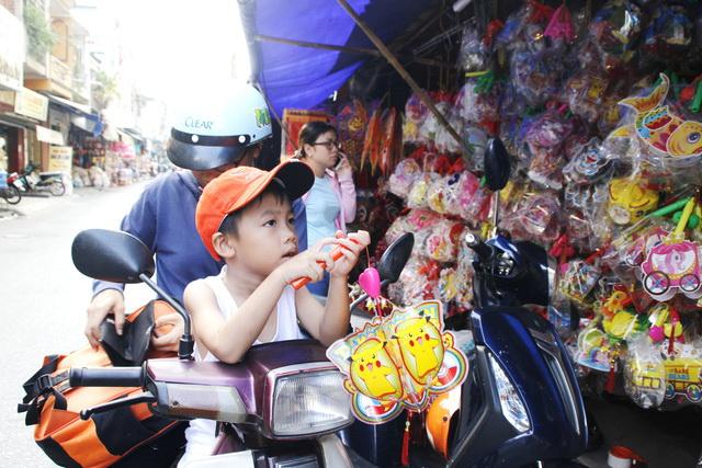Ho Chi Minh City market bustling with Mid-Autumn Festival lanterns