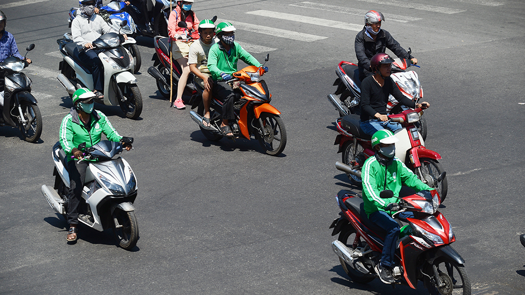 GrabBike driver attacked by 'xe om' group near Ho Chi Minh City bus station