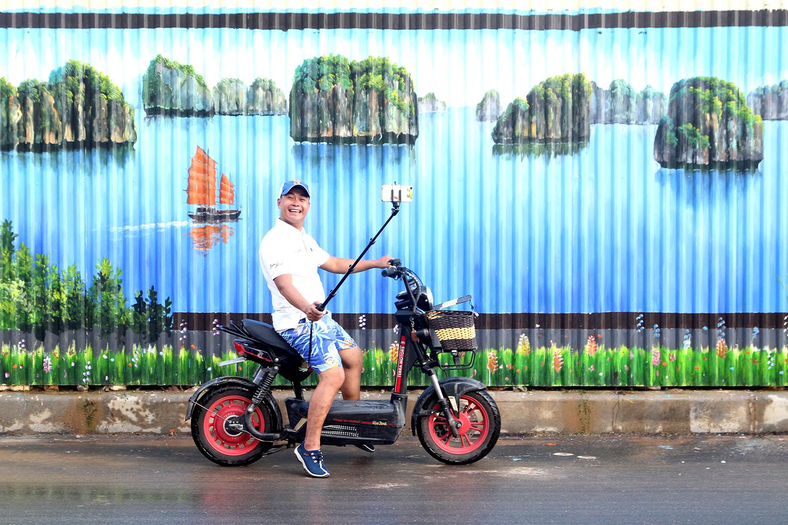 Vietnam's longest 3D painting amazes locals in Hanoi